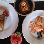 朝食(カユマニストーストとエッグベネディクト)