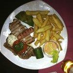 Carne alla griglia con patate fritte