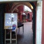 L'ingresso e l'iscrizione sul portone