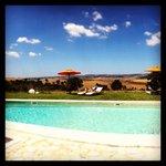 la piscina, con il panorama favoloso dietro