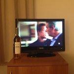 Tv a peine plus grande qu'une bouteille