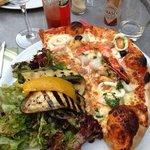 la demi pizza Pescatore avec salade et légumes grillés