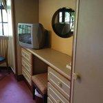作り付けの家具が壁2面いっぱいにある