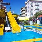 Esterno Residence con accesso alla spiagia con piscina e scivolo