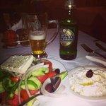 Äkta grekisk sallad, tzatsiki och Mythos