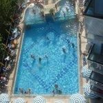 la piscina vista dall'alto delle camere lato sud