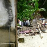 Baño comunitario detrás de nuestra cabaña y basura acumulada