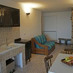 Cucina con camino a disposizione degli ospiti. Lounge with fireplace and kitchen for guests