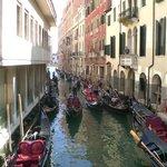 Alcune camere si affacciano sul canale
