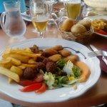 Plato combinado de buñuelos y nuggets de pollo.