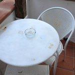 Tavolino esterno e sedie arrugginito
