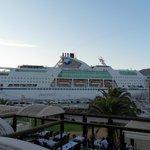 Le Port vu de la terrasse ( les bateaux c'est plus sympa comme compagnie que les voitures ). ;-)