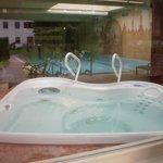 Jakuzi, pool beyond and through to spa