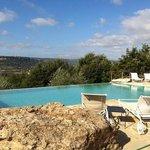 la piscina con vista su Orvieto.