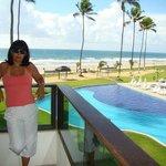 varanda da suite de frente para o mar e piscina
