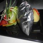 Trucha con langostinos con salsa de queso azul al Papillote