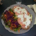Tartine pomme de terre courgette saumon mozzarella et salade