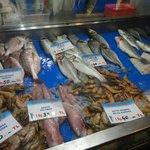al mercatro scegliendo il pesce