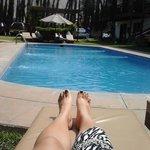 Descansando junto a la piscina