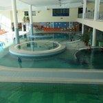 Zicht op de binnenzwembaden