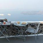 śniadanie z widokiem na kalderę