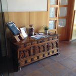 Meuble en bois dans le vestibule de l'hôtel