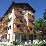 L'albergo e il prato adiacente attrezzato di sdraio per bagni i sole o ore di puro ozio!