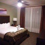 ベッドルーム。タオルがひとつの作品になっていました