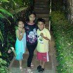 los niños en el ingreso al hotel