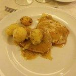 Cena: due fette di carne con 4 patate, senza possibilità di eventuale aggiunta o bis