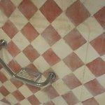 pared en la ducha muy mal mantenida