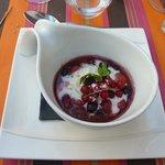 Poëlés de fruits rouges, mousse de yaourt, olives noires confites