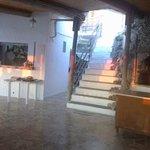 scalinata che accede al ristorante con le luci del tramonto
