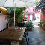 área que da acesso ao bar e a piscina,fica ao lado da entrada principal e da recpção