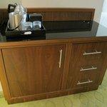 Kühlschrank und Kaffeestation im Zimmer