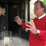 Kasteelheer Jan van Grinsven met op de achtergrond zijn rechterhand Rainer