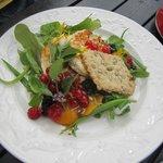 Салат с козьим сыром и ягодами