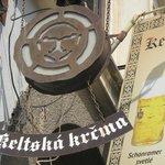 Знак Кельтской Корчмы вывешен возле арки