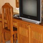 Стол и телевизор в номере