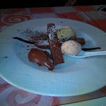 Postre de chocolate con helado de cacahuete
