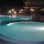 La piscina dell'Hotel Miramare con illuminazione notturna