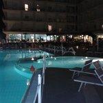 La piscina illuminata e parte del giardino