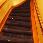 階段は急で狭い アムスならでは