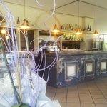 l 'ingresso si presenta in stile antico con immenso banco bar per piacevoli aperitivi