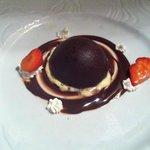 Creme caramel ricoperta di una cupola di cioccolato
