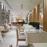 1階のレストラン。白が印象的でした。