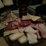 Tagliere con formaggi chimay e salumi