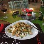 Забыл добавить: обязательно закажите салат Цезарь! И не советуют салат Аруба - салат с хрящами..