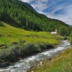 La chiesetta di Santo Spirito e il torrente Aurino a pochi minuti dall'hotel