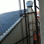 Vue sur la cheminée de la cuisine de l'hôtel, responsable des odeurs.